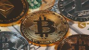 Τα νομίσματα Bitcoin, Litecoin, Ethereum και εξόρμησης, BTC, LTC, ETH, η ΕΞΌΡΜΗΣΗ και Bill των δολαρίων περιστρέφονται φιλμ μικρού μήκους