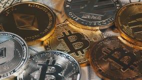 Τα νομίσματα Bitcoin, Litecoin, Ethereum και εξόρμησης, BTC, LTC, ETH, η ΕΞΌΡΜΗΣΗ και Bill των δολαρίων περιστρέφονται απόθεμα βίντεο