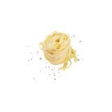 Τα νουντλς που μαγειρεύονται, ψεκάζουν με τα χορτάρια Στοκ φωτογραφία με δικαίωμα ελεύθερης χρήσης