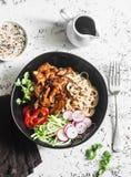 Τα νουντλς ρυζιού και το κοτόπουλο teriyaki ανακατώνουν τα τηγανητά με τα γρήγορα παστωμένα αγγούρια και τα ραδίκια Σε ένα ελαφρύ Στοκ φωτογραφία με δικαίωμα ελεύθερης χρήσης