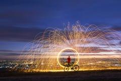 Τα ντους πυροτεχνημάτων της καυτής πυράκτωσης σπινθηρίζουν από την περιστροφή του μαλλιού χάλυβα στην πόλη νύχτας στοκ εικόνες με δικαίωμα ελεύθερης χρήσης