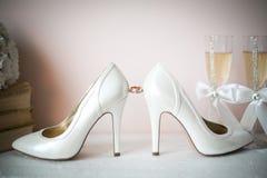 Τα νυφικά παπούτσια γαμήλιων σανδαλιών, εμπορικό σήμα πολυτέλειας γυναικών υψηλό βάζουν τακούνια στα παπούτσια μεταξιού αντλιών,  Στοκ Εικόνες