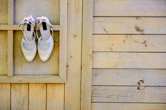 Τα νυφικά παπούτσια κρεμούν Στοκ εικόνες με δικαίωμα ελεύθερης χρήσης