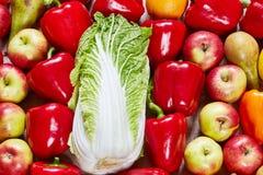 Τα νόστιμα ώριμα λαχανικά και τα φρούτα βρίσκονται σε έναν καμβά Στοκ Εικόνα