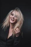 Τα ξανθά γέλια Στοκ εικόνες με δικαίωμα ελεύθερης χρήσης