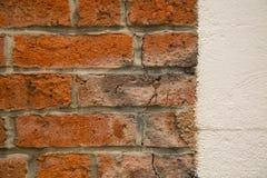 Τα ξεπερασμένα παλαιά τούβλα αντέταξαν το νέο άσπρο τοίχο στοκ εικόνα