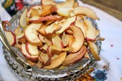 Τα ξηρά μήλα διακοσμούν το βάζο Στοκ φωτογραφίες με δικαίωμα ελεύθερης χρήσης