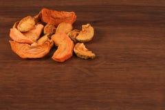 Τα ξηρά φρούτα της Apple στο ξύλο Στοκ Εικόνα