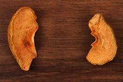 Τα ξηρά φρούτα της Apple στο ξύλο Στοκ Φωτογραφία