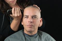 Τα ξυρίσματα στιλίστων επανδρώνουν το κεφάλι στοκ εικόνα