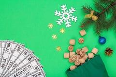 Τα ξύλινα βαρέλια λότο με την τσάντα και το δέντρο έλατου Χριστουγέννων διακλαδίζονται, κώνοι, σφαίρες παιχνιδιών στοκ εικόνες