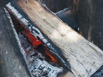 Τα ξύλινα κούτσουρα καίνε στην πυρά προσκόπων πρίν μαγειρεύουν τρόφιμα στο α Στοκ φωτογραφία με δικαίωμα ελεύθερης χρήσης