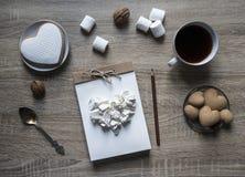 Τα ξύλινα marshmallow καφέ κουπών μολυβιών καρδιών μπισκότων πιάτων σημειωματάριων τεχνών υποβάθρου scrapbooking καφετιά καρύδια  Στοκ εικόνες με δικαίωμα ελεύθερης χρήσης