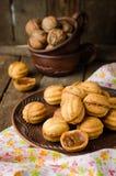 Τα ξύλα καρυδιάς διαμορφώνουν τα μπισκότα με το συμπυκνωμένο γάλα - dulce de leche στο κύπελλο αργίλου στο ξύλινο αγροτικό υπόβαθ Στοκ εικόνα με δικαίωμα ελεύθερης χρήσης