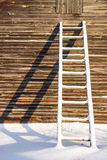 Τα ξύλινα σκαλοπάτια κοντά στον τοίχο Στοκ φωτογραφίες με δικαίωμα ελεύθερης χρήσης