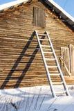 Τα ξύλινα σκαλοπάτια κοντά στο σπίτι Στοκ Εικόνες