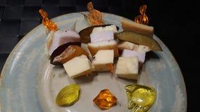 Τα οβελίδια με το τυρί, καλαμάρι, δαμάσκηνα με τα παιχνίδια αλιεύουν, πέτρα, κοχύλι στοκ φωτογραφίες με δικαίωμα ελεύθερης χρήσης