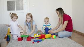 Τα οικογενειακά παιχνίδια με τον κατασκευαστή στον τάπητα στο σπίτι απόθεμα βίντεο