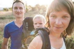Τα οικογενειακά ταξίδια με το παιδί στοκ εικόνα με δικαίωμα ελεύθερης χρήσης