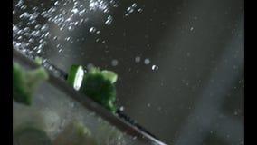 Τα ορεκτικά λαχανικά πλένονται κάτω από το τρεχούμενο νερό σε ένα τρυπητό κίνηση αργή r κίνηση αργή Κάμερα Π φιλμ μικρού μήκους