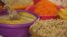 Τα ορεκτικά παστωμένα λαχανικά στην εγχώρια αγορά τοποθετούν σε ράφι, παραδοσιακή κουζίνα απόθεμα βίντεο