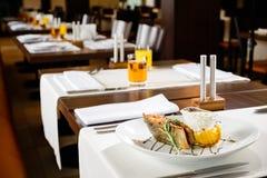 Τα ορεκτικά ψάρια εξυπηρέτησαν με το λεμόνι και τη σάλτσα σε ένα πιάτο σε ένα υπόλοιπο στοκ φωτογραφίες
