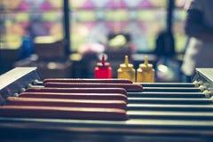 Τα λουκάνικα είναι μαγειρευμένα στη σχάρα Στοκ Φωτογραφία