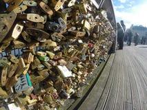 Τα λουκέτα αγάπης Pont des Arts γεφυρώνουν, ψαρεύουν με κάθετο δίχτυ τον ποταμό στο Παρίσι, Γαλλία Στοκ Εικόνα