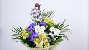 Τα λουλούδια, ανθοδέσμη, περιστροφή στο άσπρο υπόβαθρο, floral σύνθεση αποτελούνται από Alstroemeria, bacardi χρυσάνθεμων απόθεμα βίντεο