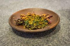 Τα λουλούδια για την προσφορά εξυπηρέτησαν στο πιάτο που έγινε από τη φωτογραφία αργίλου που λήφθηκε στο μουσείο Pekalongan Ινδον στοκ φωτογραφία