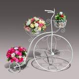 Τα λουλούδια διακοσμούν στο τρίκυκλο πρότυπο με το ψαλίδισμα της πορείας Στοκ Εικόνες