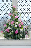 Τα λουλούδια διακοσμούν την εκκλησία Στοκ εικόνα με δικαίωμα ελεύθερης χρήσης