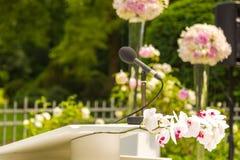 Τα λουλούδια διακοσμούν τη γαμήλια τελετή Στοκ Φωτογραφίες