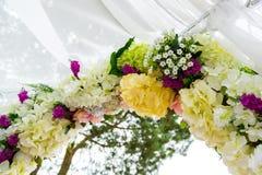 Τα λουλούδια διακοσμούν τη γαμήλια τελετή Στοκ Εικόνες