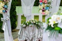 Τα λουλούδια διακοσμούν τη γαμήλια τελετή Στοκ Φωτογραφία