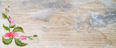Τα λουλούδια και τα πράσινα φύλλα με ξύλινο Στοκ Εικόνες