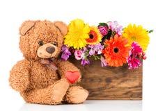 Τα λουλούδια και teddy αντέχουν Στοκ φωτογραφία με δικαίωμα ελεύθερης χρήσης