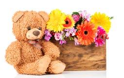 Τα λουλούδια και teddy αντέχουν Στοκ Φωτογραφία