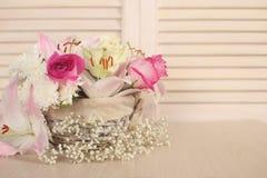 τα λουλούδια καλαθιών απομόνωσαν το λευκό Στοκ Εικόνα