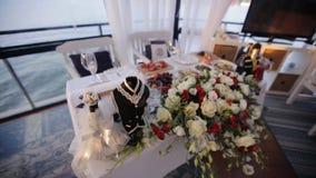 Τα λουλούδια ντεκόρ στο γαμήλιο πίνακα απόθεμα βίντεο