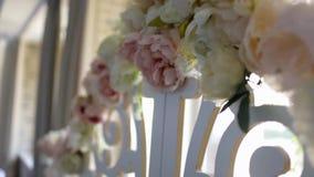 Τα λουλούδια στη γαμήλια αψίδα απόθεμα βίντεο