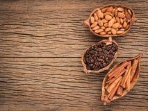 Τα οφέλη το καυτό κακάο και aromatherapy του κακάου, κανέλα, καφές για την ανανέωση πρωινού, τακτοποίησαν τόσο ευώδη στο MO Στοκ εικόνες με δικαίωμα ελεύθερης χρήσης