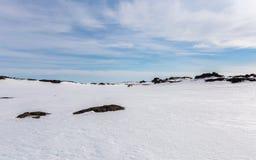 Τα οχήματα για το χιόνι εμφανίζονται στον ορίζοντα για μια ακραία περιπέτεια Στοκ εικόνες με δικαίωμα ελεύθερης χρήσης