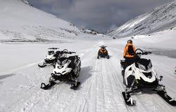 Τα οχήματα για το χιόνι και η γυναίκα στα βουνά Στοκ φωτογραφίες με δικαίωμα ελεύθερης χρήσης