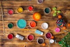 Τα δοχεία χρωμάτων, ακτινοβολούν, βούρτσα για την κατασκευή των αυγών, φωτογραφία Πάσχας τροφίμων Στοκ φωτογραφίες με δικαίωμα ελεύθερης χρήσης