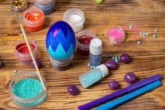 Τα δοχεία χρωμάτων, ακτινοβολούν, βούρτσα για την κατασκευή των αυγών, φωτογραφία Πάσχας τροφίμων Στοκ Εικόνες