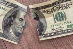 Τα δολάρια τιμολογούν σχισμένος στοκ εικόνες
