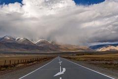 Τα οδικά βουνά ασφαλτώνουν τη θύελλα σύννεφων Στοκ Εικόνες