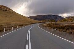 Τα οδικά βουνά ασφαλτώνουν τη θύελλα σύννεφων Στοκ εικόνες με δικαίωμα ελεύθερης χρήσης