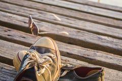 Τα πάνινα παπούτσια αφαιρούνται και τοποθετούνται Στοκ Φωτογραφίες